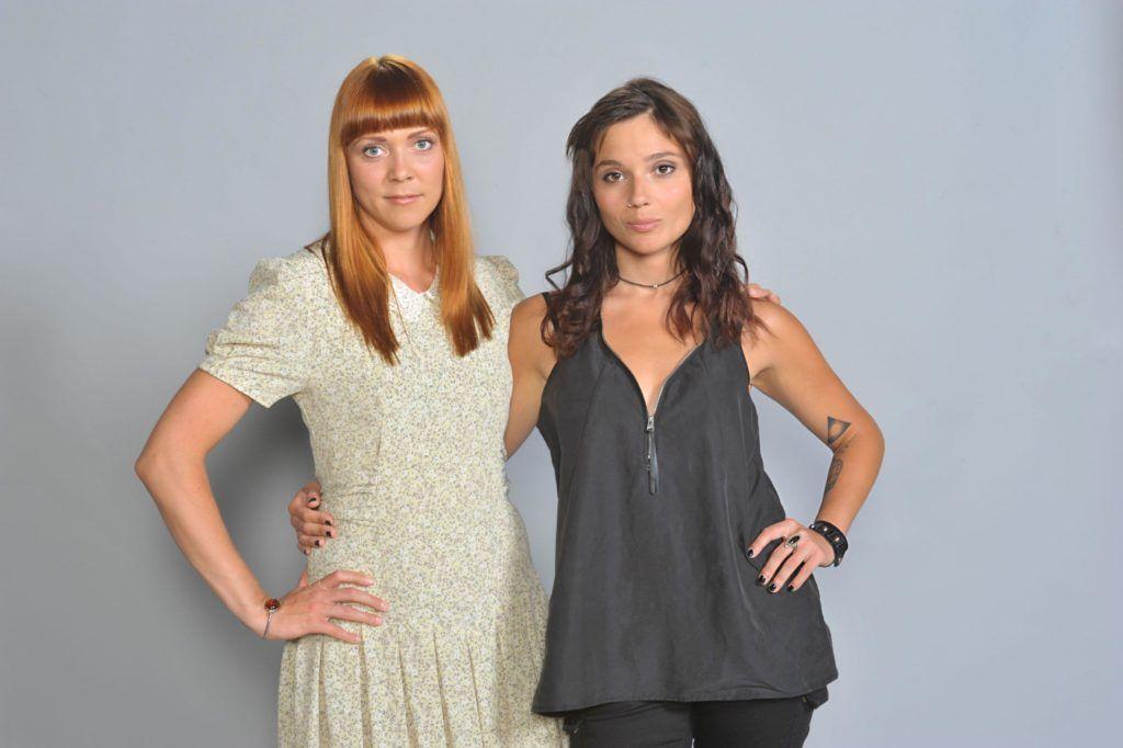"""Ramona Dempsey spielt Nele Lehmann und Linda Marlen Runge spielt Andrea """"Anni"""" Brehme (r.)"""