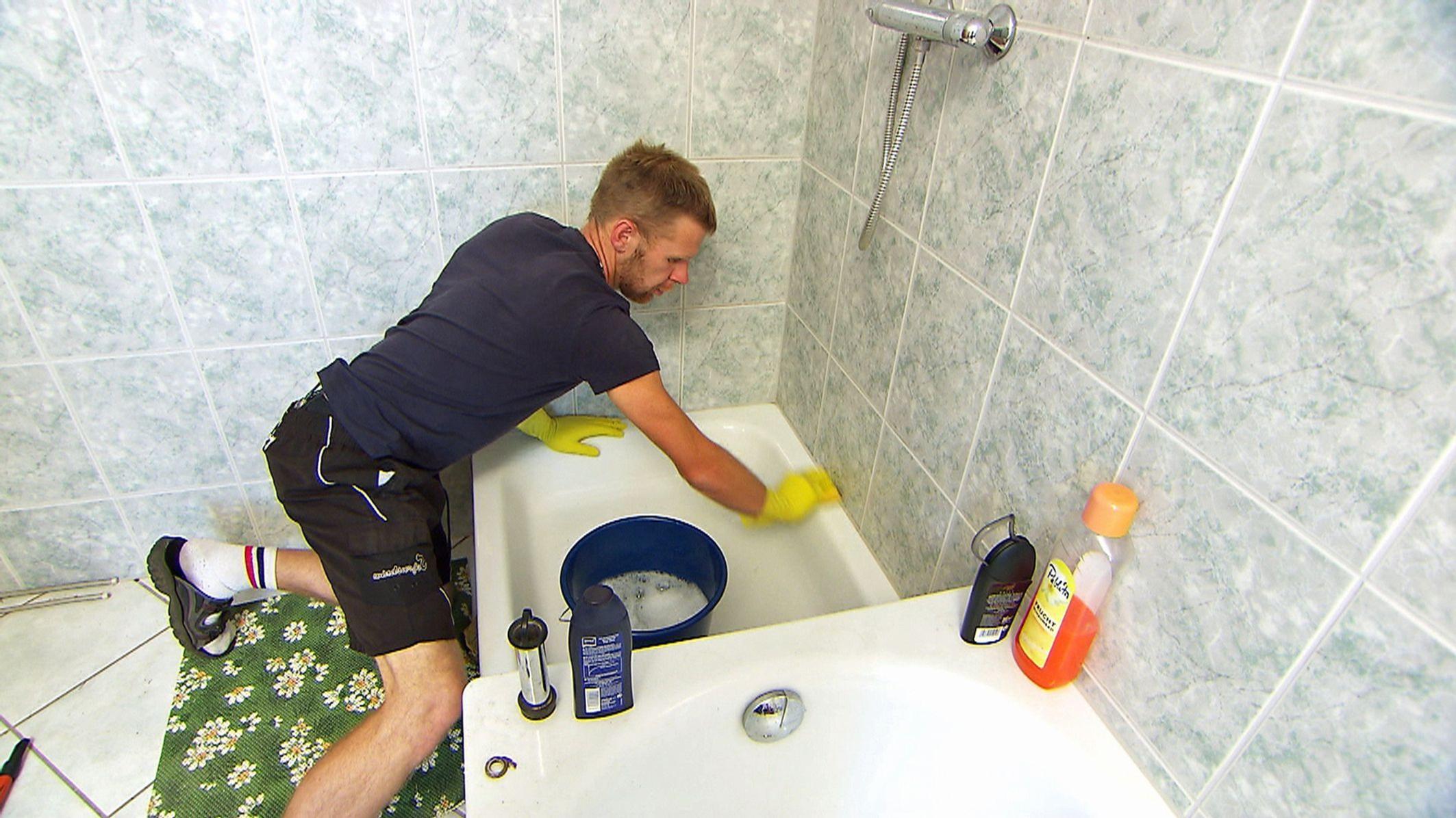 frau putzt badezimmer ~ surfinser, Badezimmer