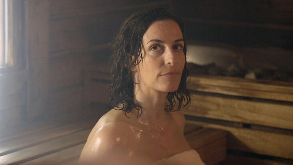 Und so kommt es in Folge 5.422 am 29.01.2014 dazu, dass Katrin, die einfach nur den Stress rund um den Skandal ihrer Tochter vergessen möchte, in der Sauna auf ihren Verehrer Bommel trifft.