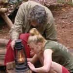 Dschungelcamp Tag 10 - Winfried erklärt Larissa die Petroleumlampe