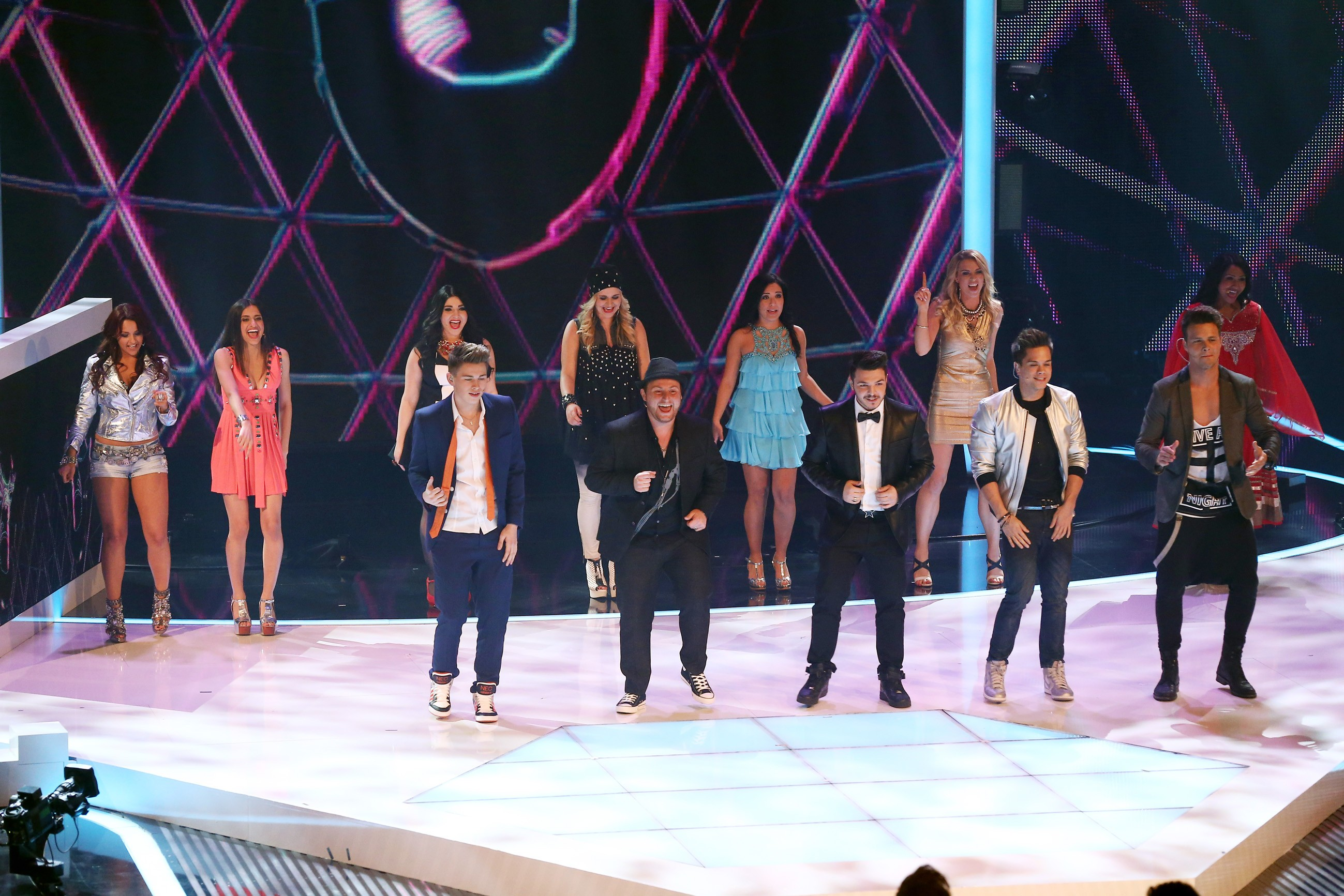 DSDS 2014 - TOP 12 performen Gruppensong