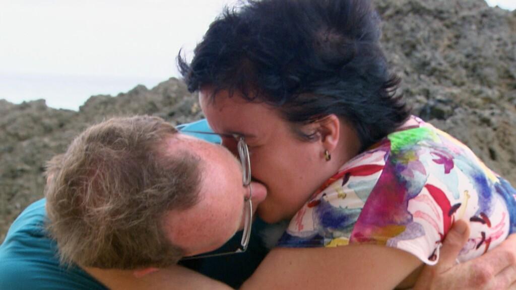 Beim romantischen Spaziergang am Strand kommen sich Thomas und Beate näher.