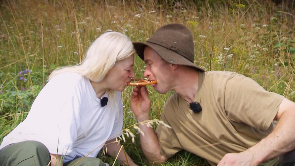 Rainer und Heike lassen es sich bei einem Picknik gut gehen.