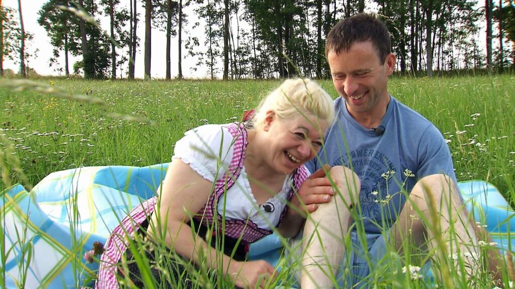 Schäfer Rainer und Heike haben viel Spaß bei ihrem Picknick.