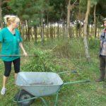 Bauer sucht Frau 2014 - Peter und Kerstin mähen den Rasen