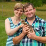 Bauer sucht Frau 2014 - Sebastian und Ines mit einem Straußen-Küken
