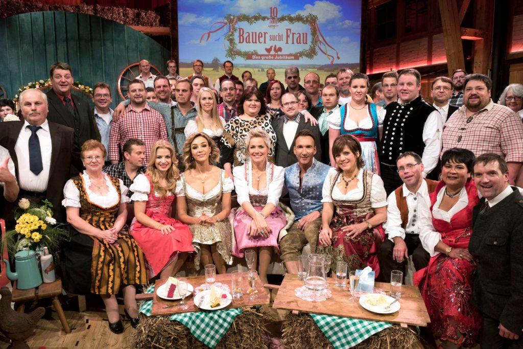"""In """"10 Jahre Bauer sucht Frau - Das große Jubiläum"""" gibt es nun erstmals ein großes Wiedersehen mit den beliebtesten Bauern aller Staffeln."""