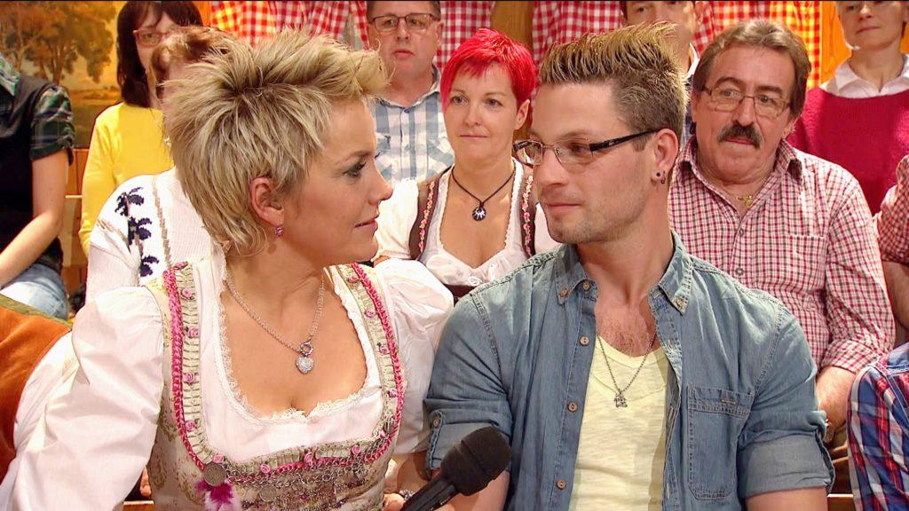 Pferdewirt Philipp stellt Moderatorin Inka Bause seinen neuen Freund Thies vor.
