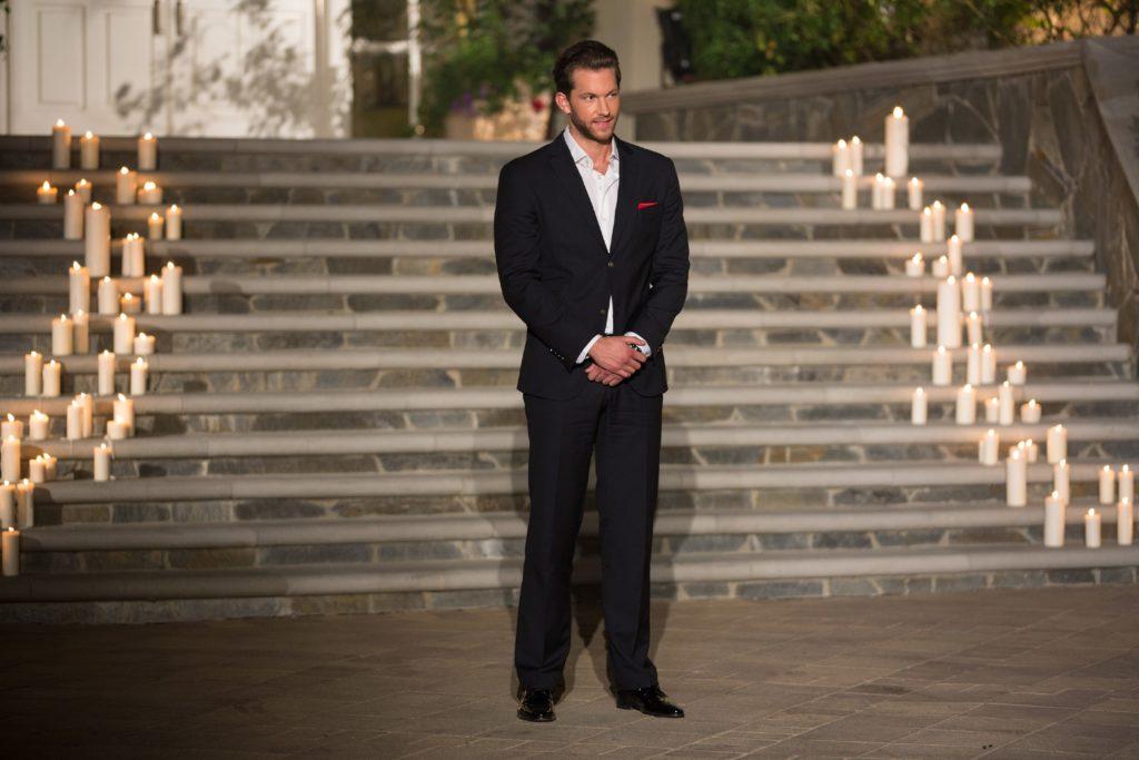 Bachelor Oliver wartet vor der Villa auf seine 22 Ladies.