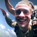 Dschungelcamp 2015 Tagebuch TAG 1 - Jörn Schlönvoigt beim Fallschirmsprung