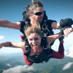 Dschungelcamp 2015 Tagebuch TAG 1 - Maren Gilzer bei ihrem Fallschirmsprung