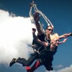 Dschungelcamp 2015 Tagebuch TAG 1 - Sara Kulka bei ihrem Fallschirmsprung