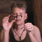 Dschungelcamp 2015 Tagebuch TAG 3 - Rolfe mit kauptter Brille im Dschungeltelefon