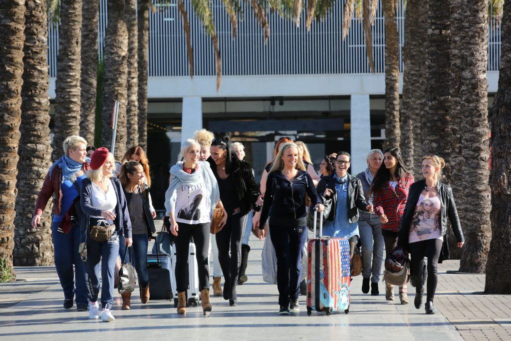 20 von Guido ausgewählte Frauen im Alter zwischen 21 und 65 Jahren treten gegeneinander an, leben gemeinsam in einer wunderschönen Villa auf Mallorca