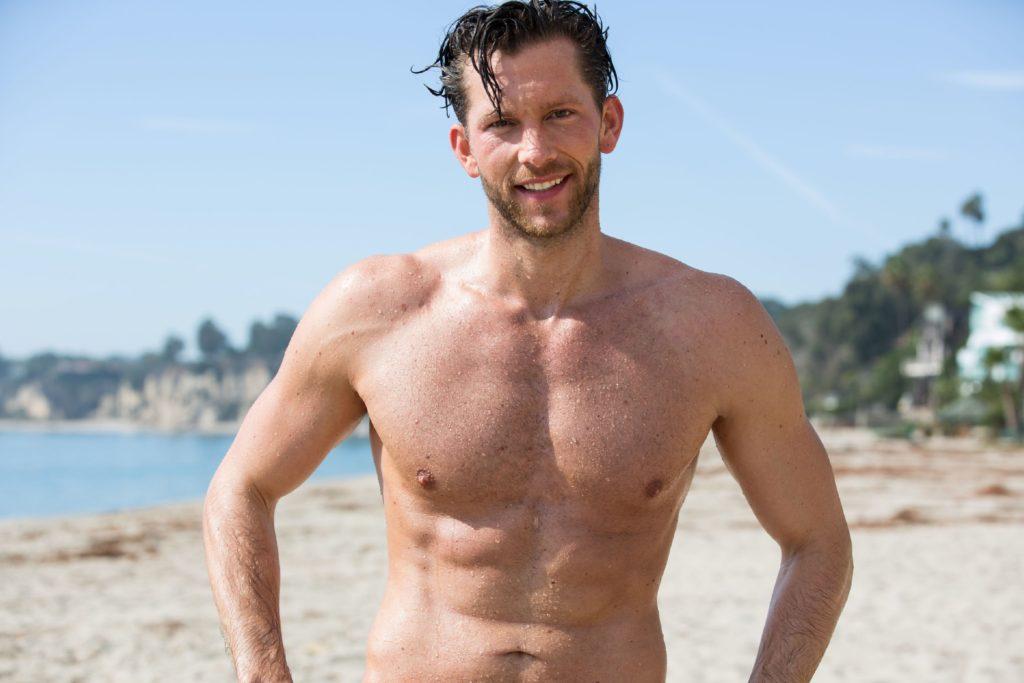 Oliver freut sich auf ein Gruppendate am Strand von Malibu.