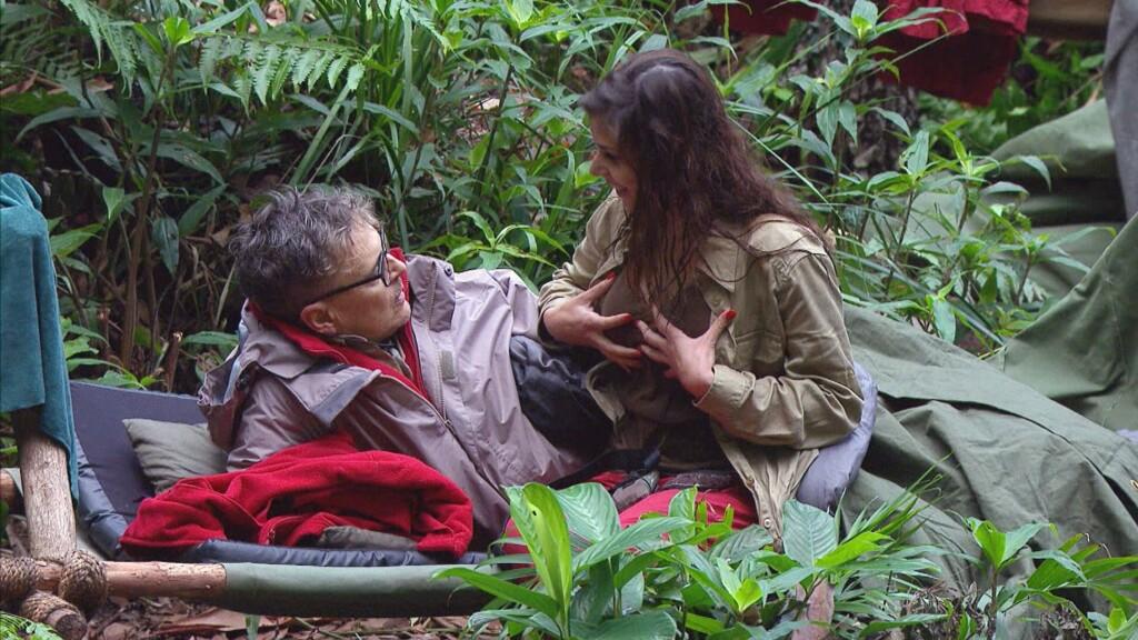 Tanja Tischewitsch und Rolfe Scheider sitzen nach der Prüfung gemeinsam auf einer Liege.