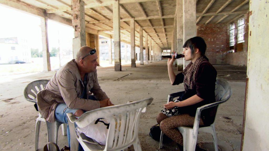 Der Streetworker Thomas Sonnenburg findet Michelle in einer stillgelegten und maroden Industriehalle in Leipzig.