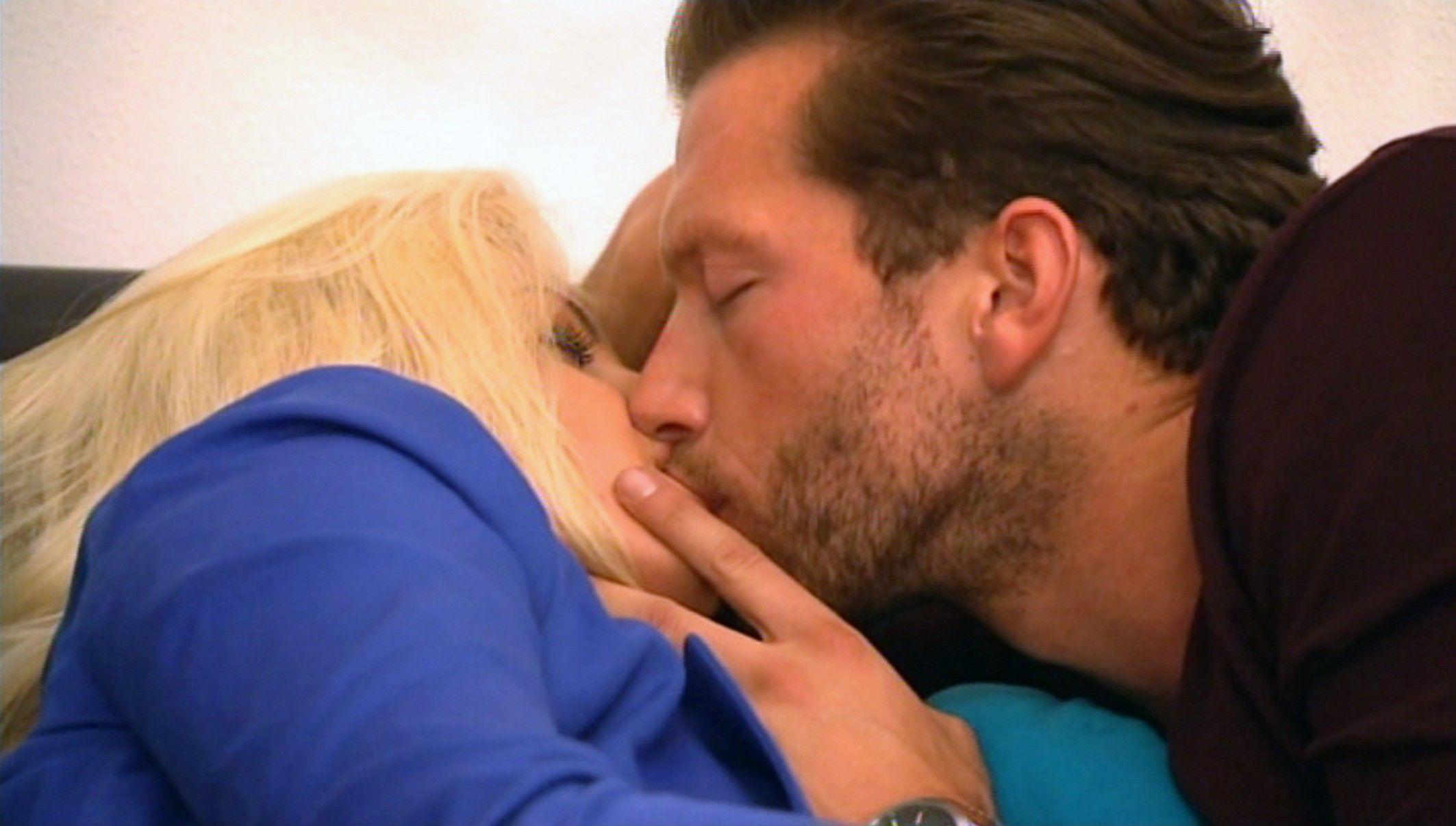 Der Bachelor 2015 Folge 6 - Oliver und Sarah küssen sich