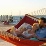 Der Bachelor 2015 Halbfinale - Liz und Oliver kuscheln auf Hängematte