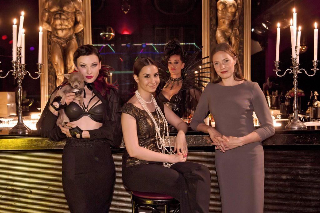 Nachtclubbesitzerin Kay Dogan (Sila Sahin, 2., v.l.) und Anstaltsleiterin und Juristin Ariane Dellbrück (Patricia Aulitzky, r.)