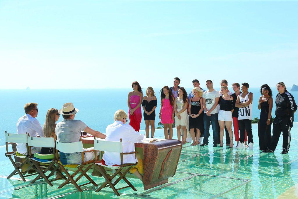 Die Jury (v.r.) Heino, DJ Antoine, Mandy Capristo und Dieter Bohlen begrüsst die letzten 14 Kandidaten am finalen Set am Infinity Pool eines Hotels auf der Insel Koh Yao Noi.