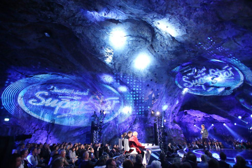 Moderator Oliver Geissen und die Jury in der Eventshow in der Balver Höhle