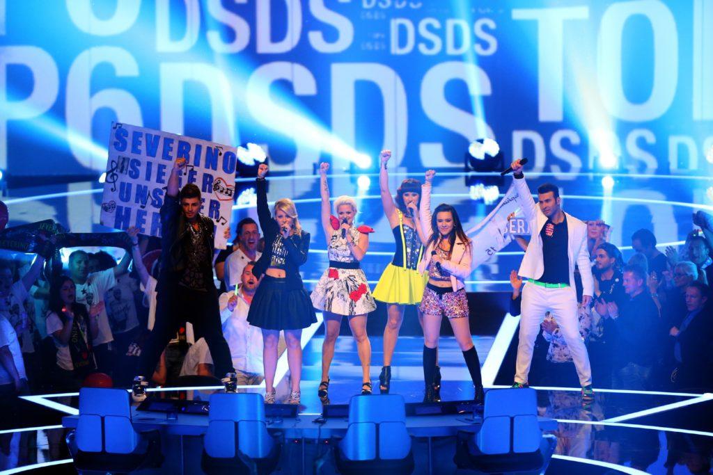Die Top 6 performen bei der Eventshow in der Glashalle in Leipzig ihren Gruppensong.