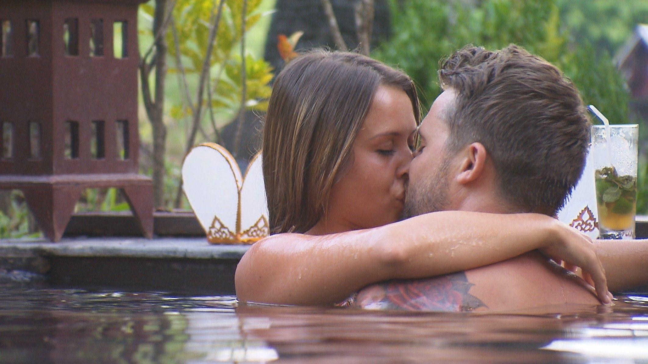 Die Bachelorette 2015 Halbfinale - Alisa und Alex küssen sich