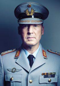 Ulrich Noethen spielt General Wolfang Edel, © RTL / Benno Kraehahn