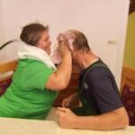 Bauer sucht Frau 2015 Folge 3 - Petra rubbelt Norbert trocken