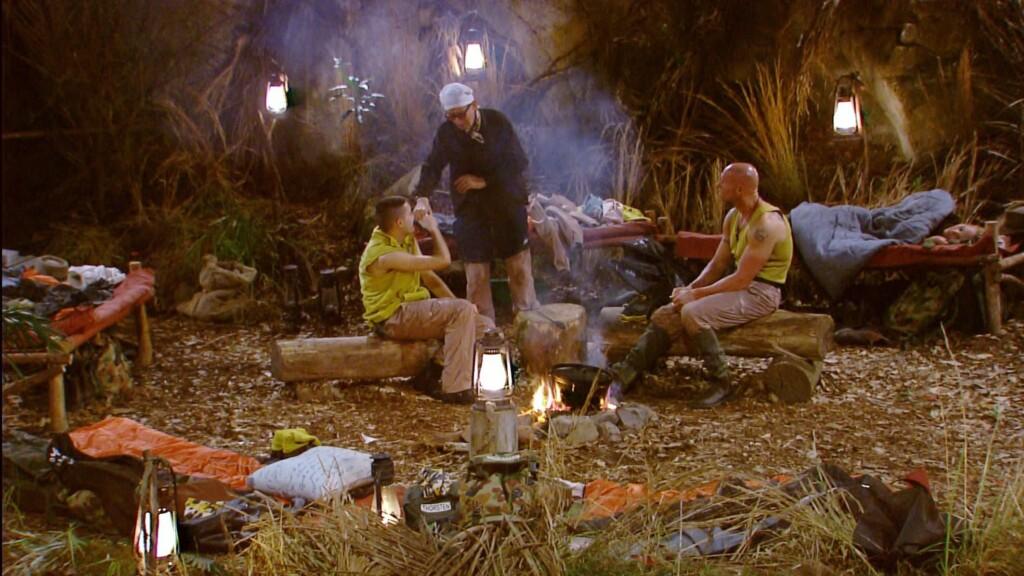 """Menderes, Thorsten und Rolf sind gemeinsam am Lagerfeuer im """"Snake Rock"""""""