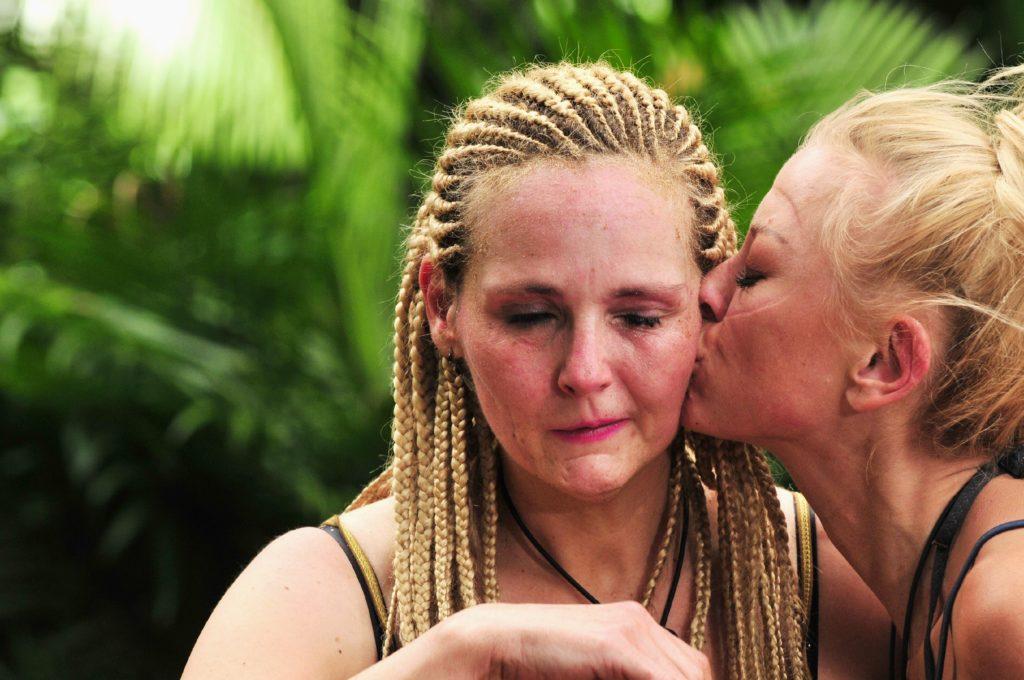 Helena hat das Duell an ihre Grenzen geführt. Jenny verabschiedet sich mit einem Kuss von Helena.