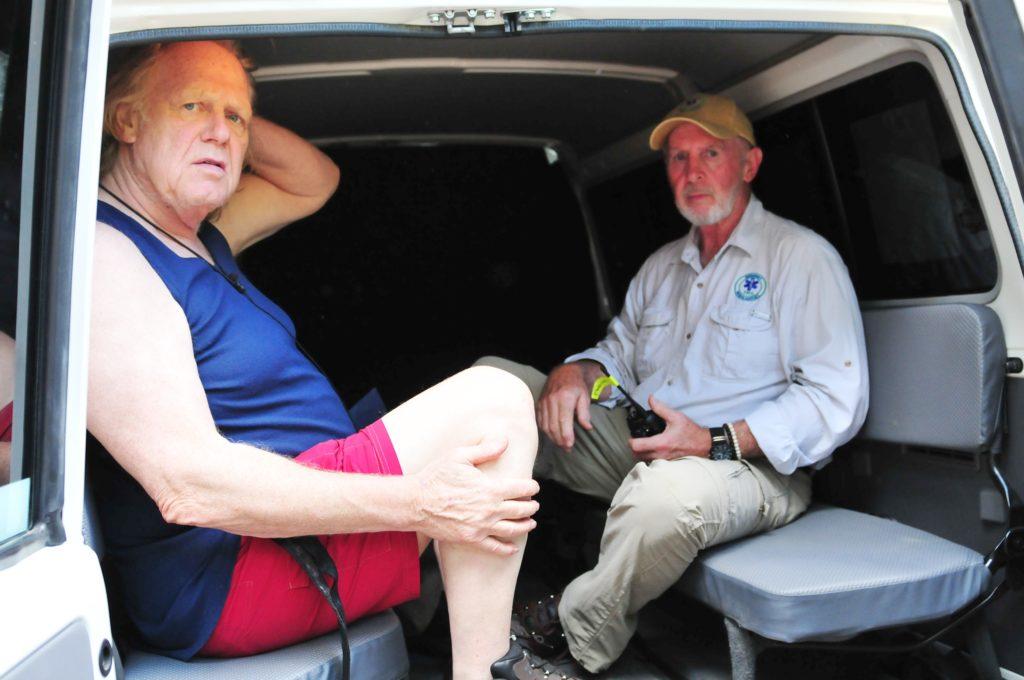 Gemeinsam mit Dr. Bob (r.) verlässt Gunter Gabriel freiwillig das Camp.