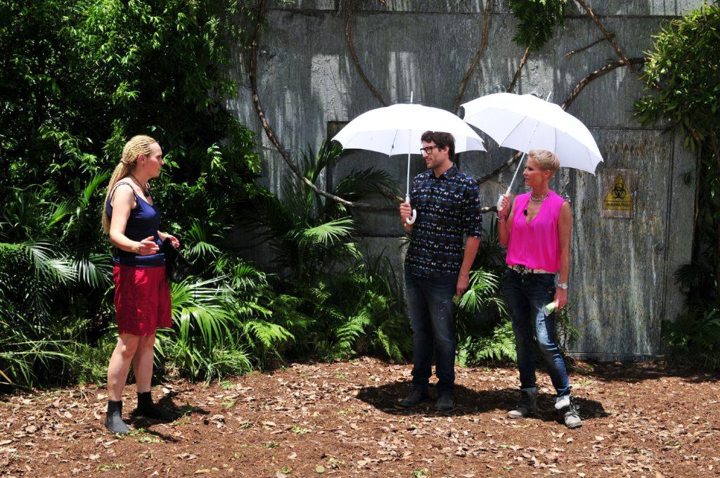Sonja Zietlow (r.) und Daniel Hartwich begrüßen Helena Fürst zu ihrer sechsten Dschungelprüfung.