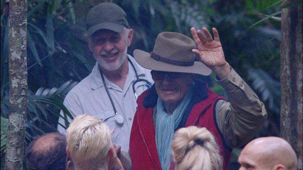 Dr. Bob (l.) bringt Rolf Zacher aus medizinischen Gründen aus dem Camp.