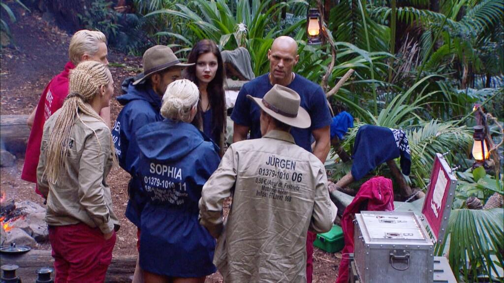 Die Camper haben die Frage in der Schatztruhe richtig beantwortet und erhalten zur Belohnung Schokokekse.