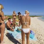 Der Bachelor 2016 Folge 3 - Leonard mit den Mädels am Strand