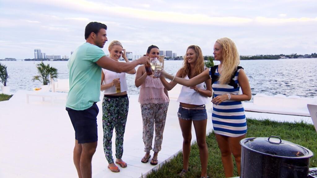 Leonard, Leonie, Denise, Leonie Rosella und Cindy (v.l.) verbringen den Abend bei einem entspannten Barbecue in der Bachelor-Villa.