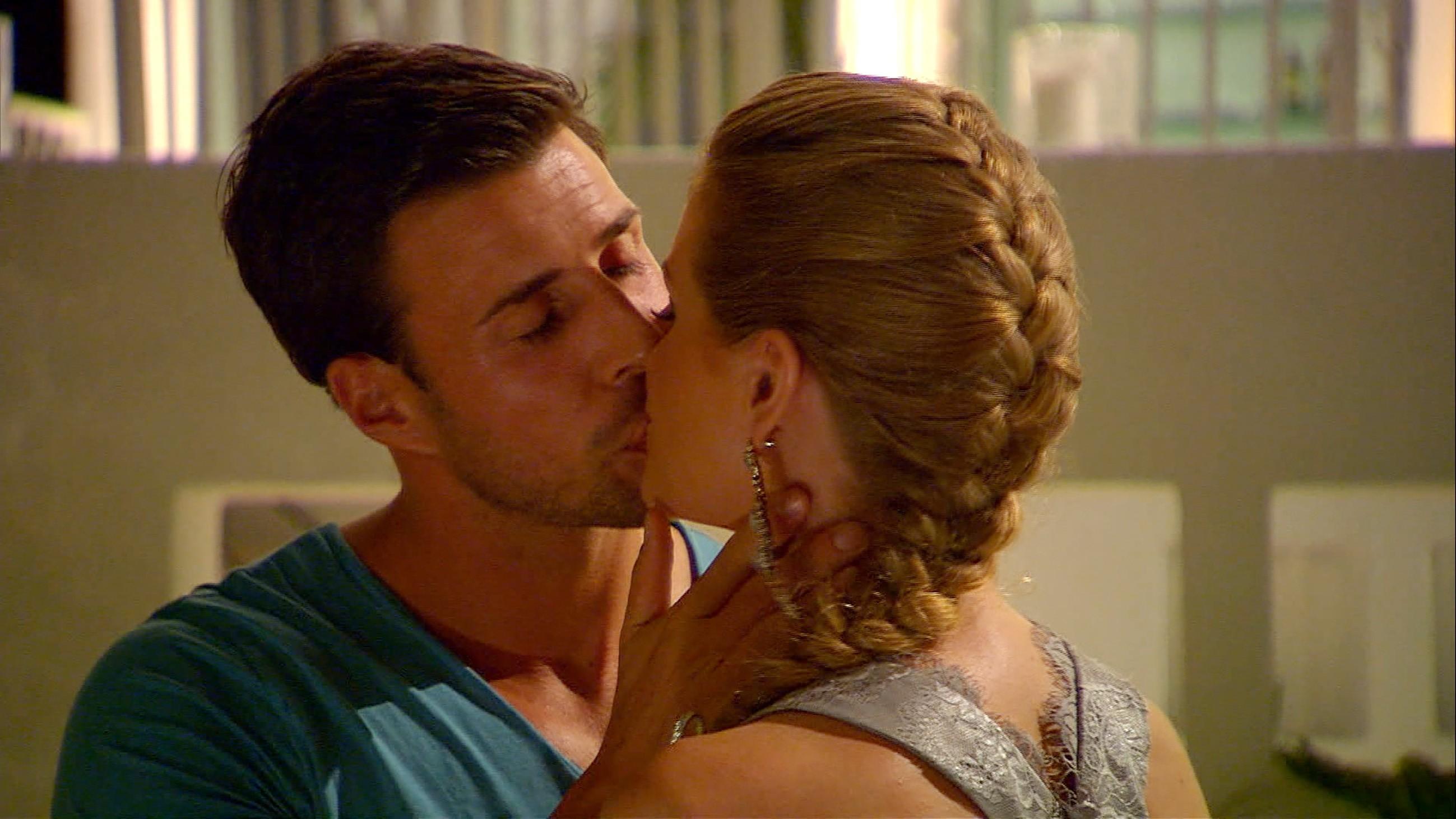 Der Bachelor 2016 Folge 5 - Anni und Leonard küssen sich