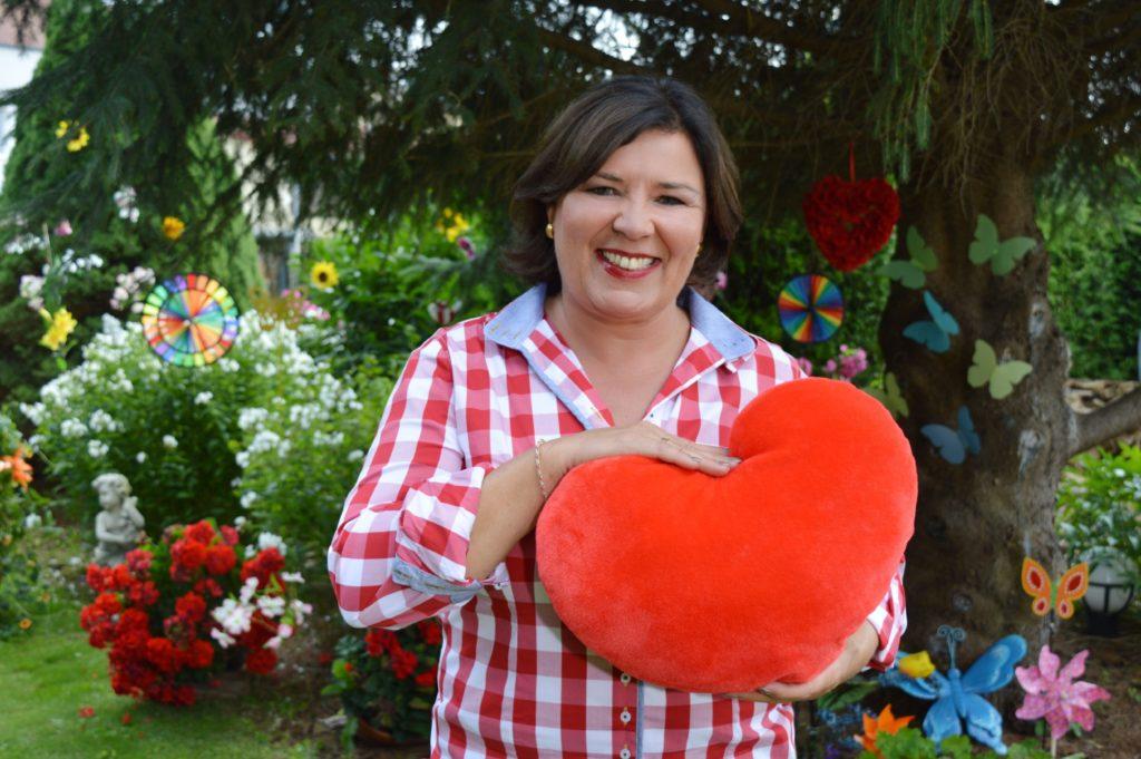 Bereits zum zehnten Mal ist Vera Int-Veen als Liebesbotin unterwegs und stellt einsame Herzen vor, die auf ihr großes Liebesglück hoffen.