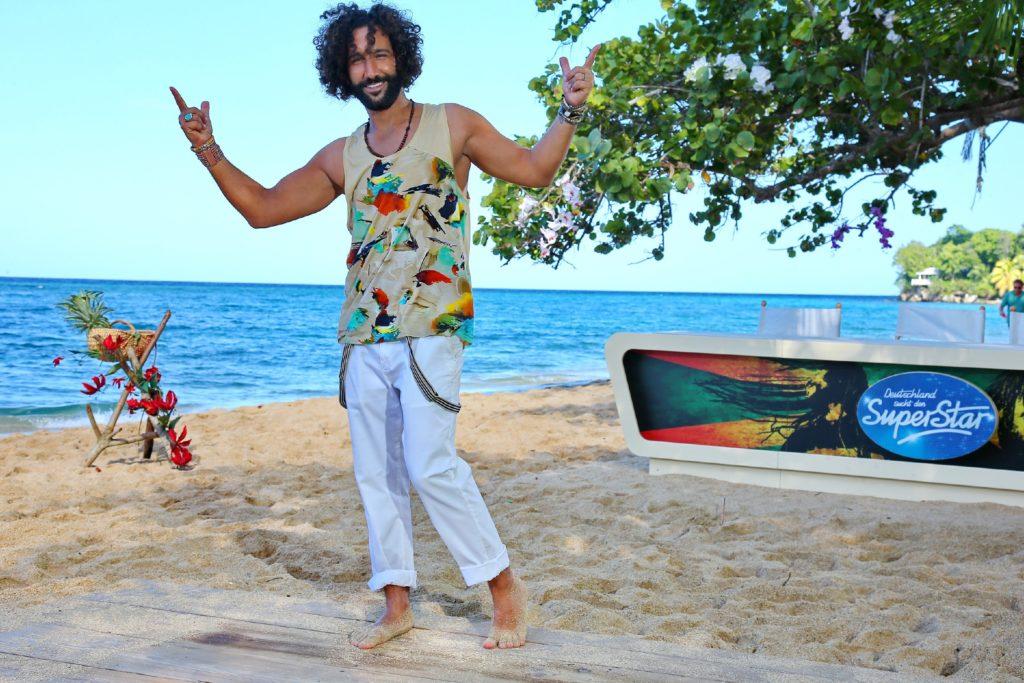 """Massimo Sinató trainiert am """"Bamboo Beach"""" mit den Kandidaten eine Tanzperformance ein."""