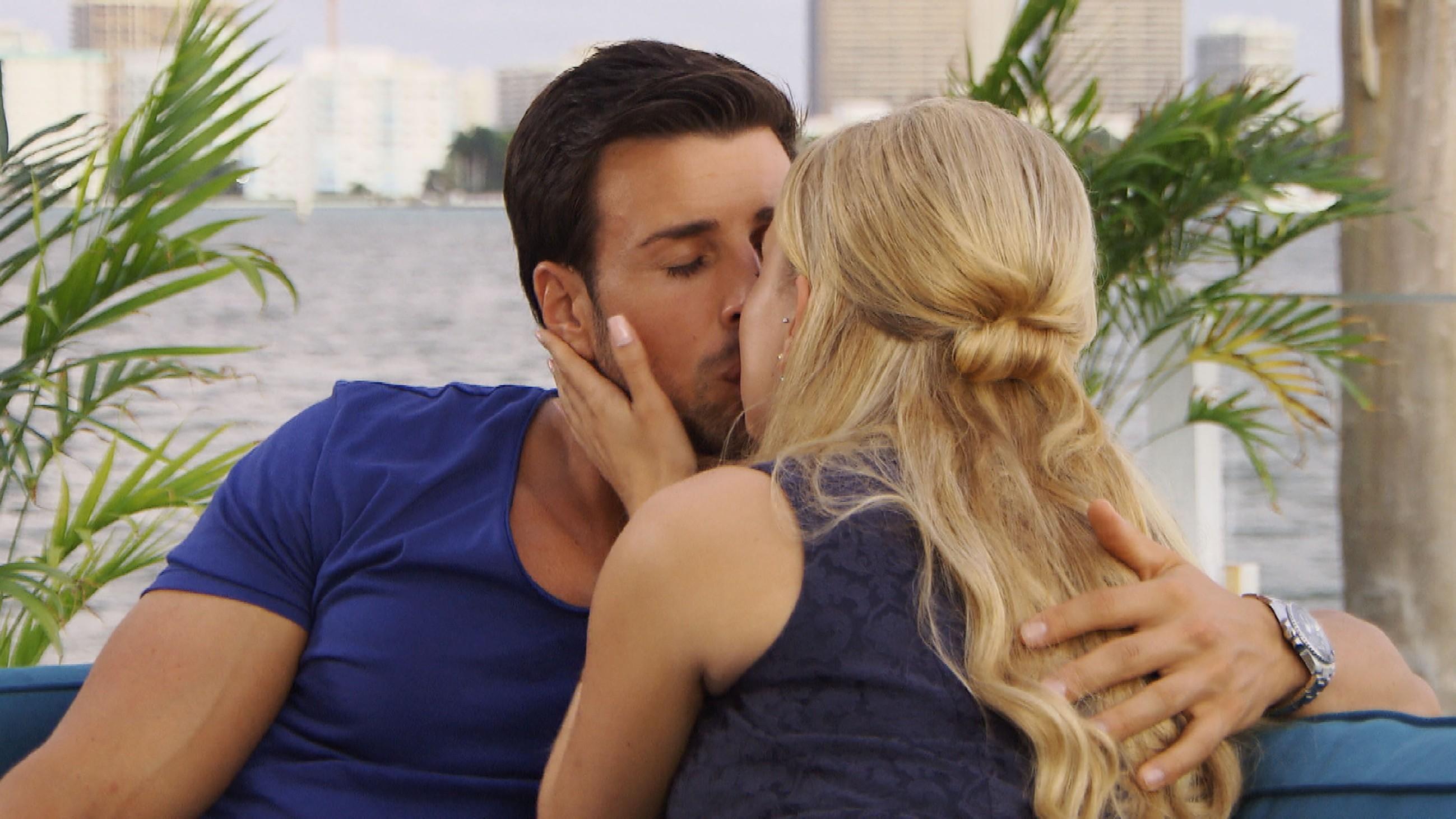 Der Bachelor 2016 Finale - Leonard und Leonie küssen sich