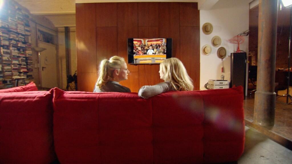 Mit Barbara Schöneberger (l.) schaut Frauke Ludowig in Schönebergers TV-Vergangenheit, © RTL