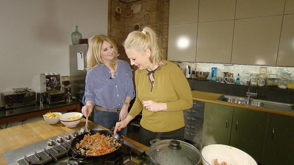 Mit Barbara Schöneberger (r.) kocht Frauke Ludowig in privater Atmosphäre Schönebergers Leibgericht: Spaghetti Puttanesca.