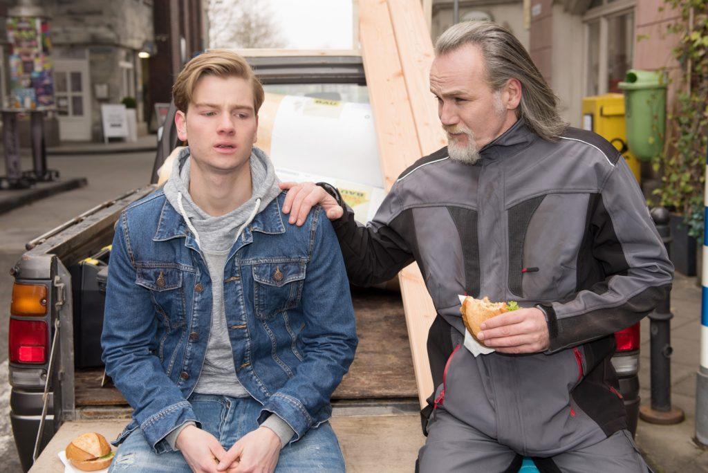 Robert (Luca Maric, r.) glaubt stolz, einen guten Einfluss auf Valentin (Aaron Koszuta) zu haben.  © RTL / Stefan Behrens
