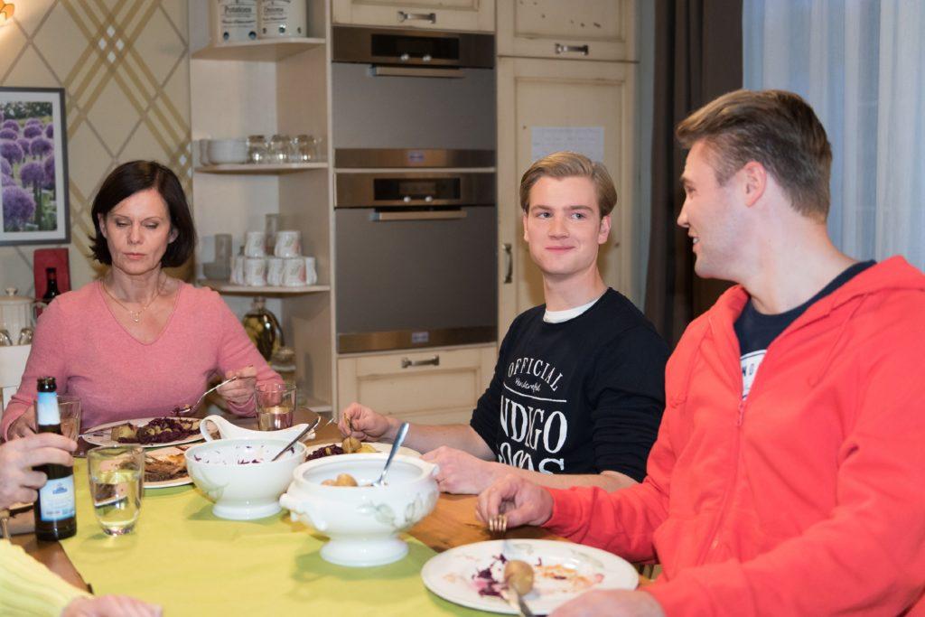 Valentin (Aaron Koszuta, M.) fühlt sich bei Irene (Petra Blossey) und Robert schon ganz zu Hause und versteht sich auch mit Bambi (Benjamin Heinrich) gut. © RTL / Stefan Behrens