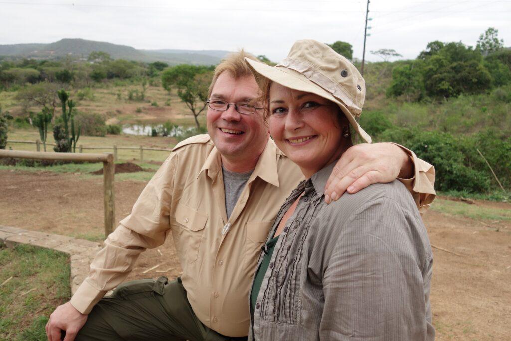 Ziegenwirt Willi erfüllt sich mit seiner Karola den Traum von einer Safari in Afrika. In einem romantischen Hotel in Hazyview, Südafrika freuen sie sich auf ihr großes Abenteuer.