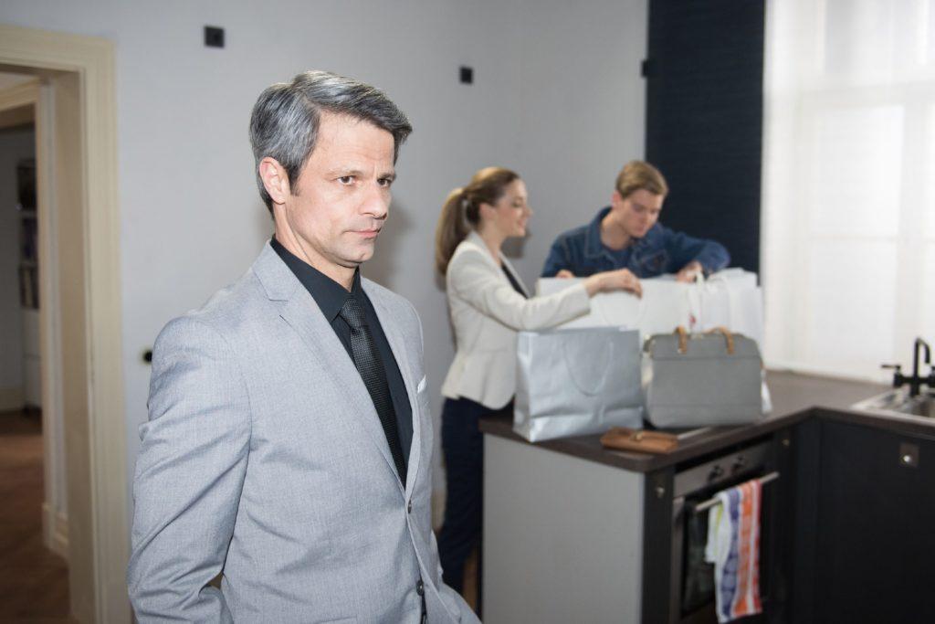 Benedikt (Jens Hajek, l.) steht weiter unter finanziellem Druck und versucht seine Probleme vor Andrea (Kristin Meyer) und Valentin (Aaron Koszuta) zu verheimlichen.