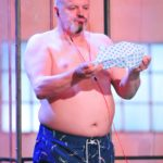 "Das Sommerhaus der Stars Folge 1 - Hubert Kah beim Spiel ""Dusch Karaoke"""