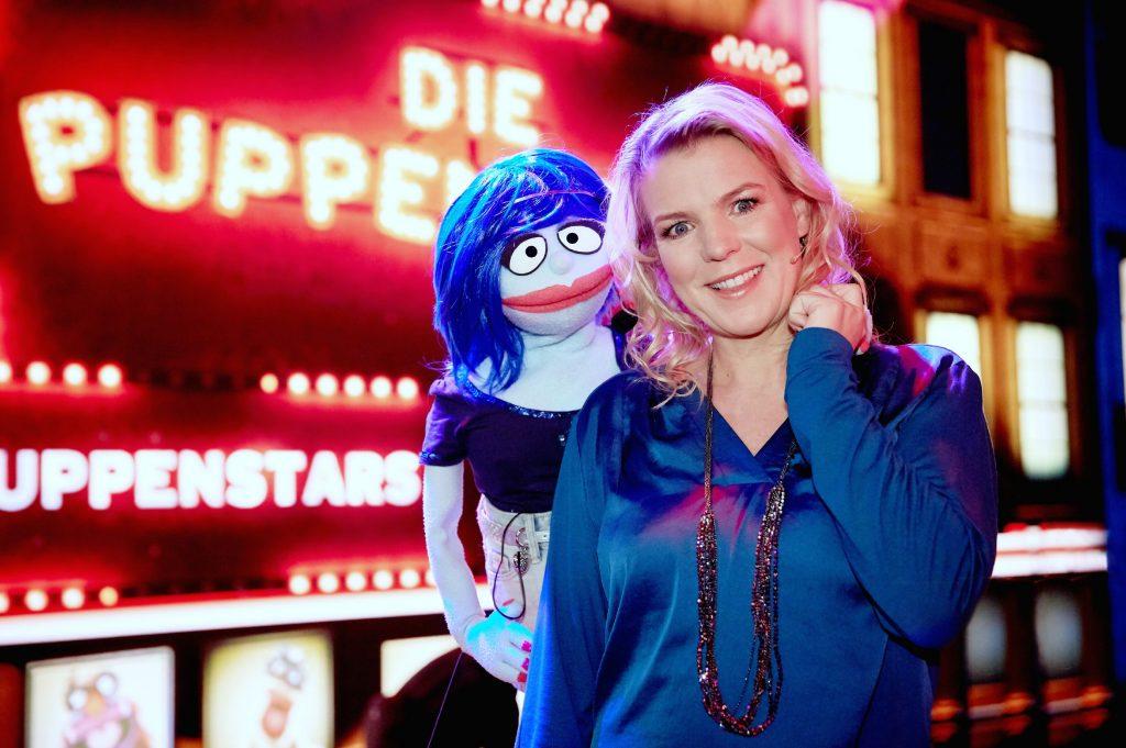"""RTL jetzt wieder die Puppen tanzen! Unterstützt von Aufnahmeleiterin Miss Izzy führt Moderatorin Mirja Boes durch die Talentshow """"Die Puppenstars""""."""